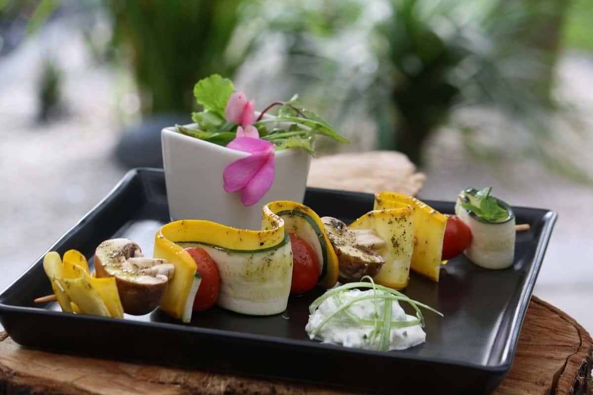 Gemüsespieß mit Dip und Wildkräutersalat