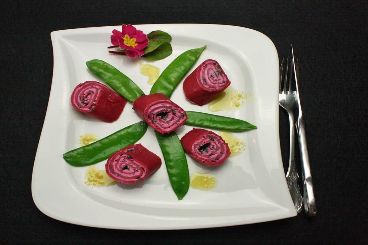 Rote Beete Crepe mit Kräuterfüllung und Zuckerschoten