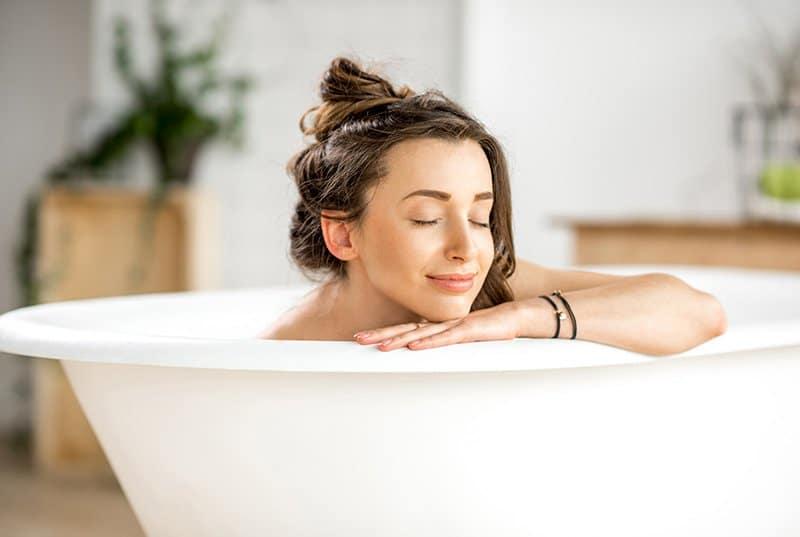 Frau am entspannen in der Badewanne