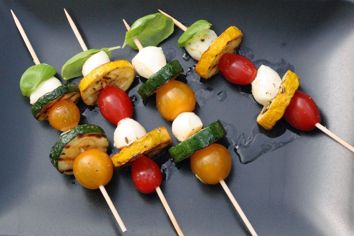Marinierte Zucchini Spieße mit Mozarella Perlen