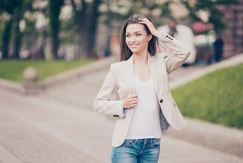 Frau beim Spaziergang